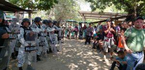 "Source"""" 6.1-pg-3-migrantes-caravana.jpg - Guatemalan police stop migrants coming from Honduras last October 2020. Credit: ERIC-Radio Progreso."