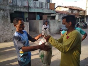 Caption: Jesuits and volunteers distribute food and dry rations in Anand, Gujarat, India during the first lockdown in 2020. Credit: Jesuit Conference of South Asia